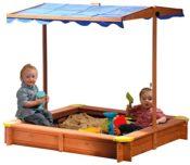 Anwendungsbeispiel - im Holzsandkasten von Dobar sitzen zwei Kinder die im Sand spielen